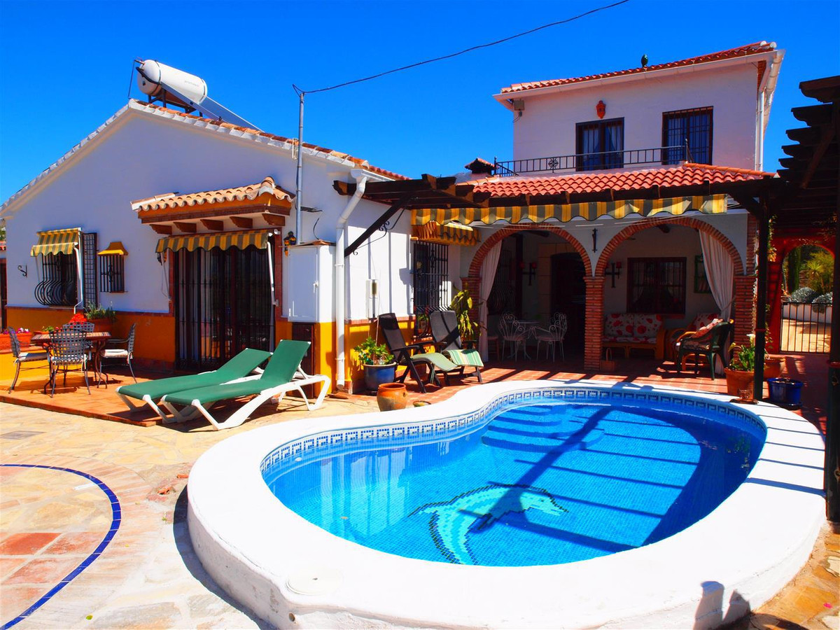 Beautiful superbly located villa with breathtaking views. Situated within a ten minute walk of the p, Spain