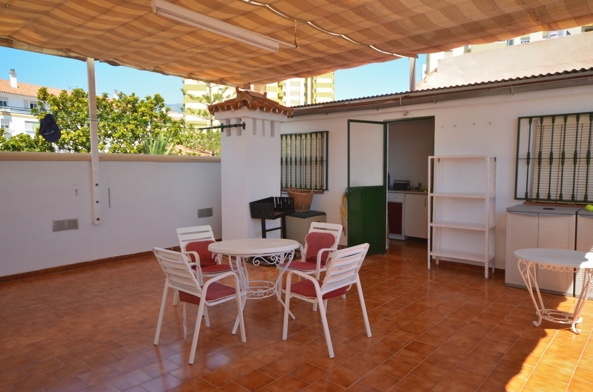 This is a modern and bright apartment with a very good standard located in the central area of Fueng,Spain
