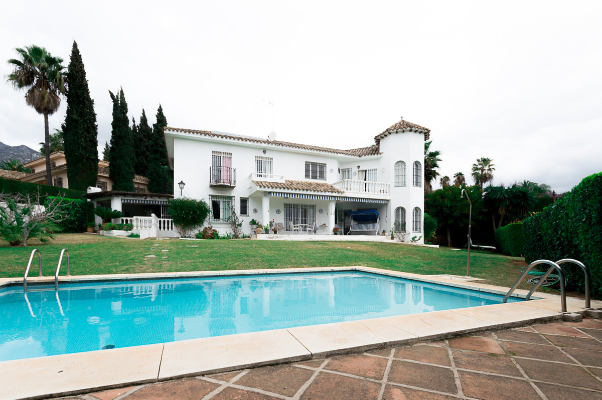 Fantastic south west facing villa with five bedrooms very well located on a great plot in Nagueles o,Spain