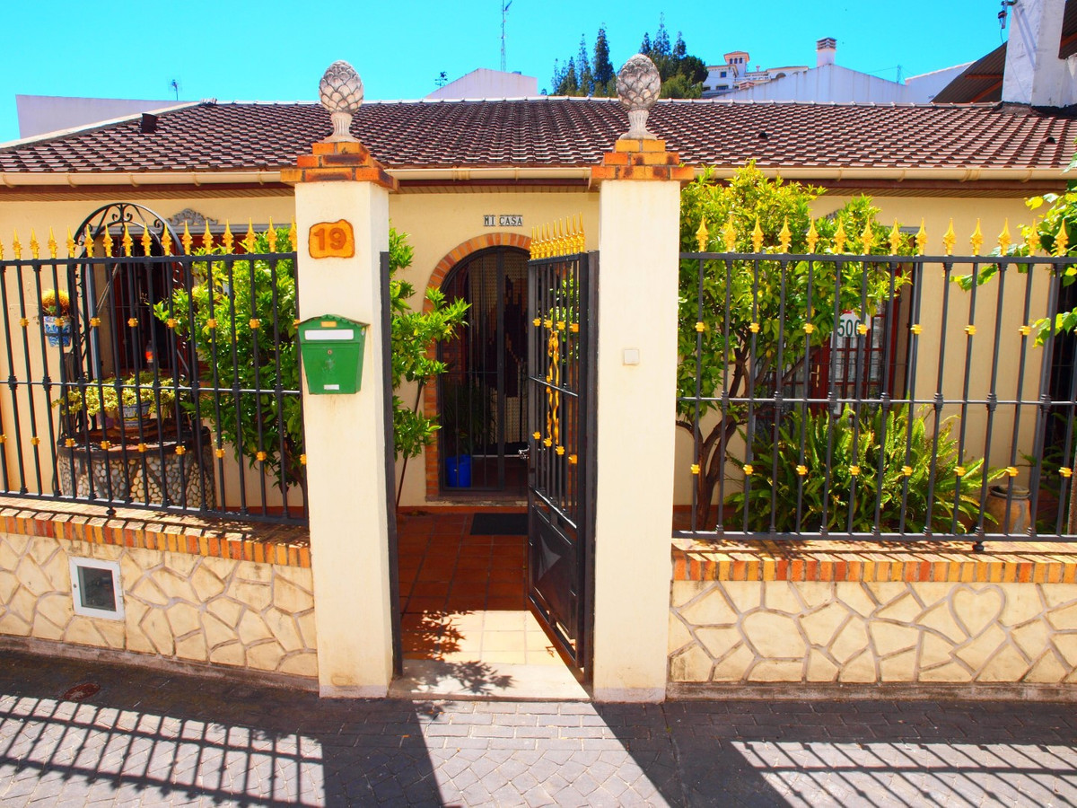 Beautiful town house in the Centre of Benamocarra, consists of a spacious living room with fireplace, Spain
