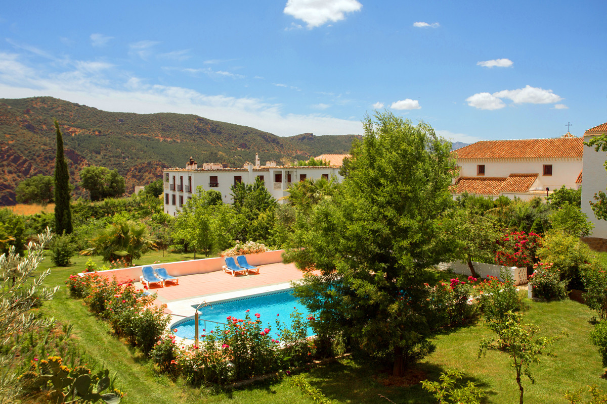Attractive Hotel of Nature, with business up and running, with an interesting annual return and high, Spain