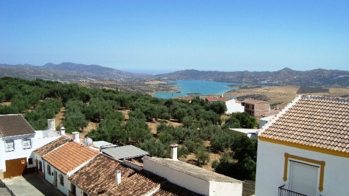 This lovely town house is located in Periana, a beautiful village in the country about 25KM from Tor,Spain