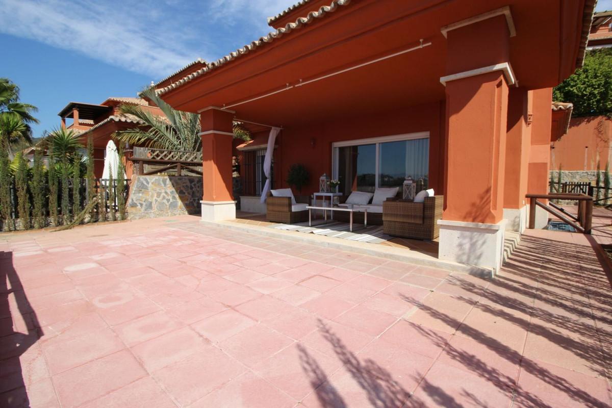 Villa pareada de lujo en Santa Clara Golf  295 m2 de parcela 315 m2 construidos.  Planta baja:  Hall,Spain