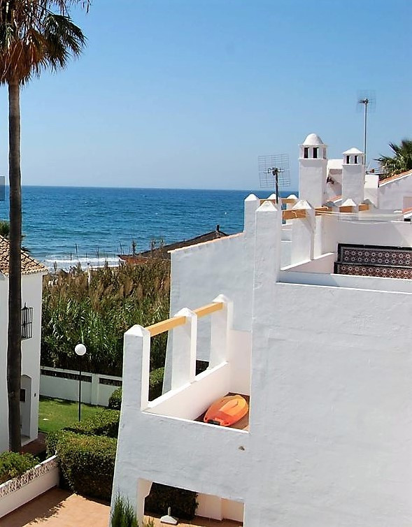 Terraced house by the sea. Belongs to a set of 20 homes with green areas and swimming pool. It is to,Spain