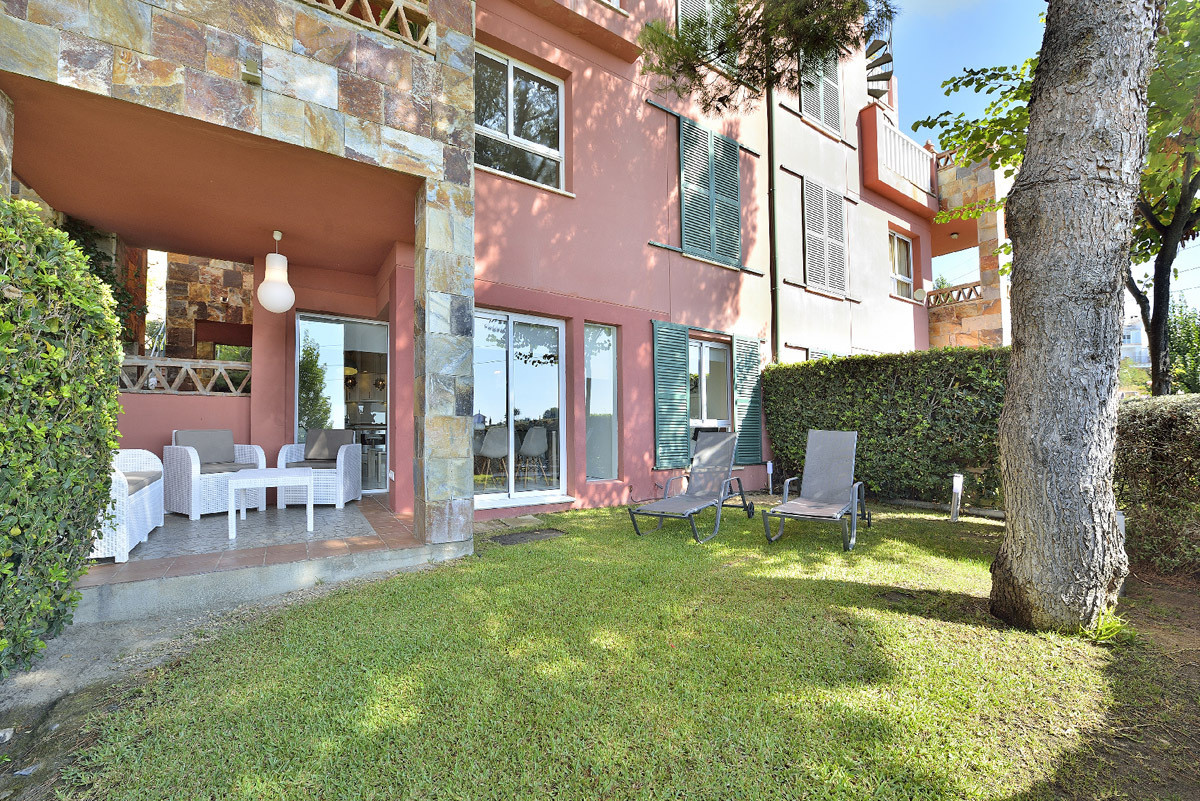 Beautiful and bright 3 bedrooms ground floor apartment, recently renovated. It has a private garden , Spain