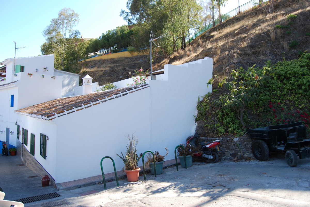 Great opportunity townhouse with garden  This authentic 1-bedroom townhouse is in good general condi,Spain
