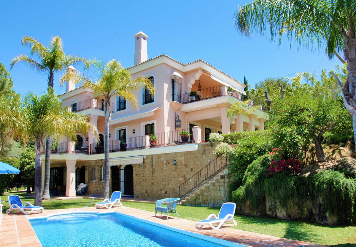This beautiful elegant and spacious villa is situated frontline golf. The community comprises only 6, Spain