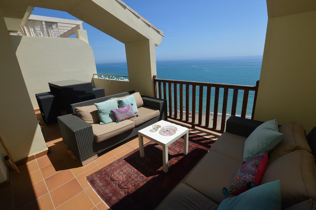 FRONTLINE SOUTH-FACING PENTHOUSE WITH IMMACULATE VIEWS OF THE MEDITERRANEAN  Set in an enclosed urba,Spain