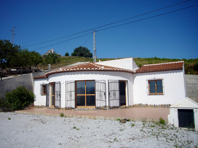 A lovely halfround villa of almost 95 m2 on a nice piece of land of 1.018 m2. Directly connected wit,Spain