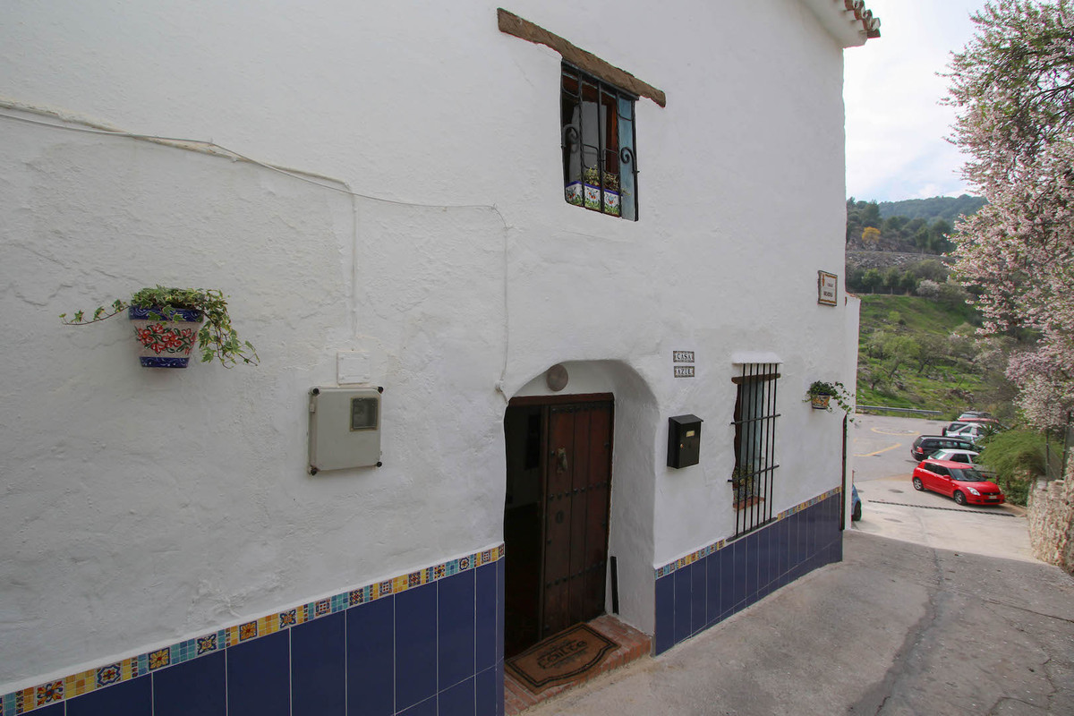 *** UNDER OFFER ***   A rare opportunity to purchase a character Andalucian house located in a peace,Spain