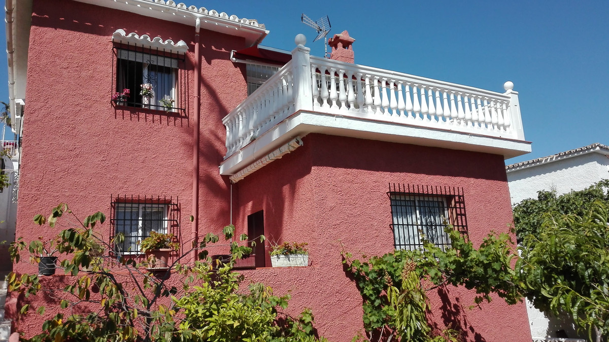 For sale a villa of 165 m2, built on a plot of 600 m2, with wonderful areas of well-kept gardens witSpain