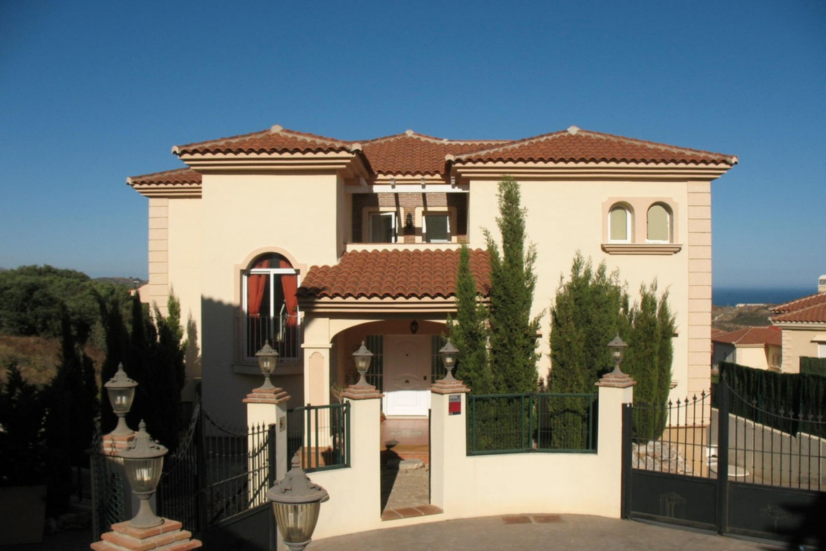 Great detached Villa in the upper and quiet part of Riviera del Sol inside an only 4 houses complex., Spain