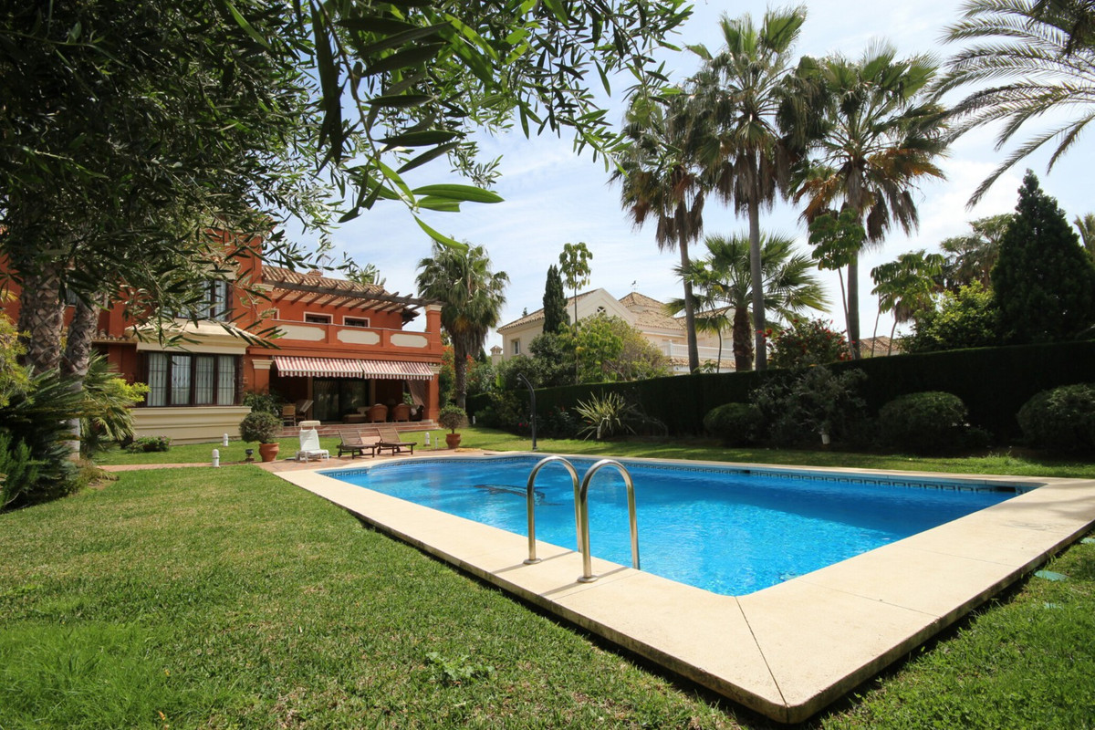 Detached Villa, Las Chapas, Costa del Sol. 5 Bedrooms, 5 Bathrooms, Built 647 m², Garden/Plot 1200 m, Spain