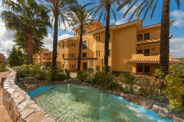 Beautifully presented luxurious apartment situated front-line golf in the prestigious area of Sotogr, Spain