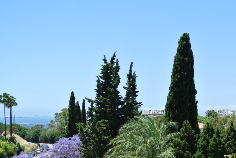 This beautiful apartment is located in an established urbanization in Las Lomas del Marbella Club, w,Spain