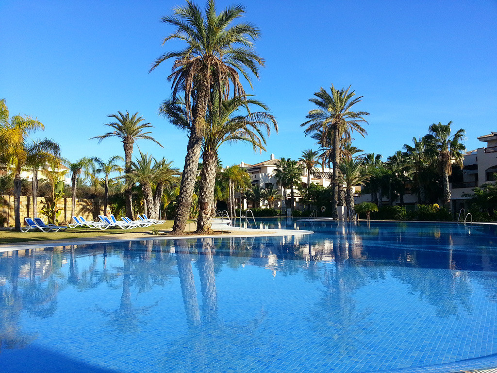 This beautiful luxury middle floor apartment is located in the sought-after Medina de Banus housing ,Spain