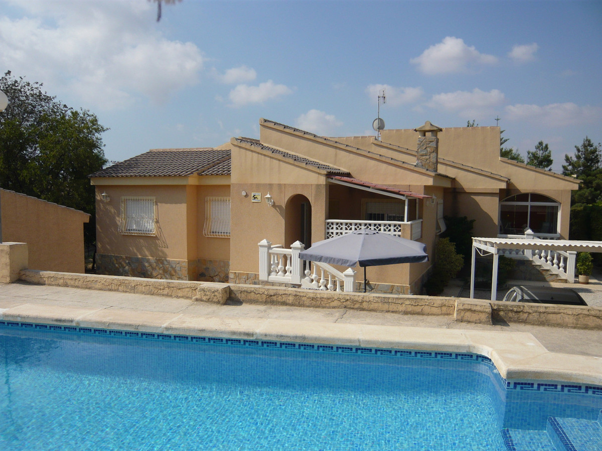 5 bedroom villa in Muchamiel all on one level with swimming pool.  1993 villa in Muchamiel all on on Spain