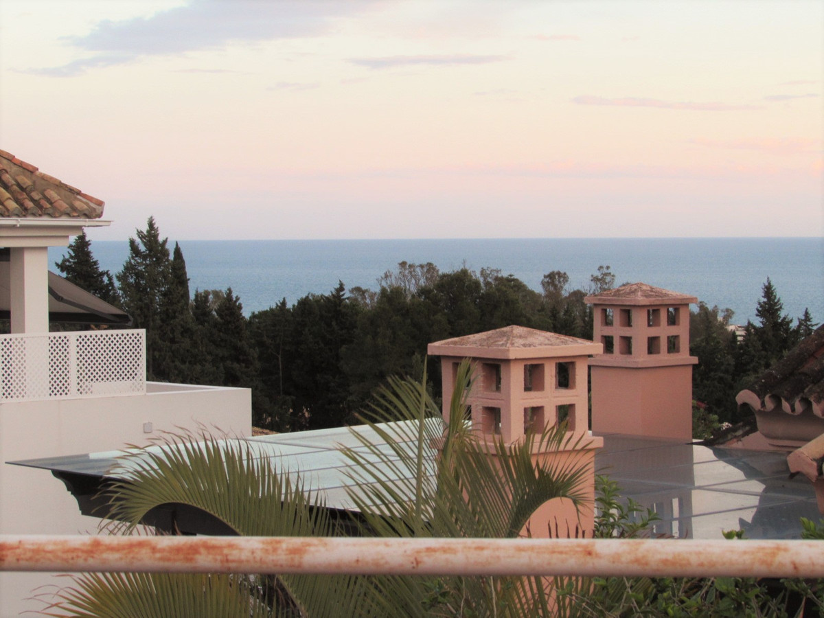 Offer Banking !!!! Stunning duplex in one of the best areas of Marbella attic. It has 4 bedrooms and,Spain