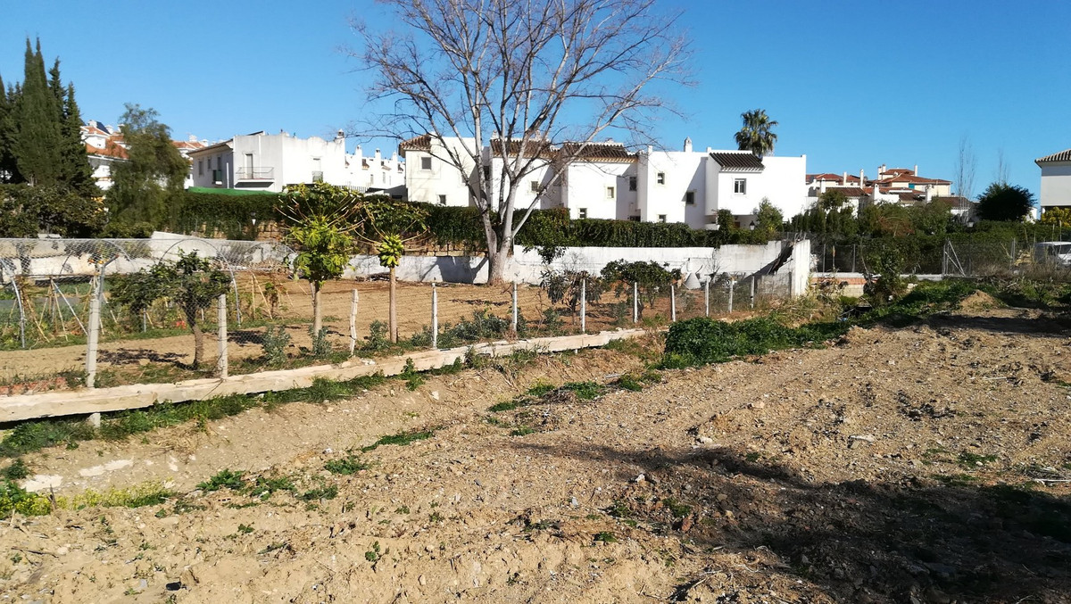 Great little project in Sierrezuela. The plot can be developed in to 12 good size apartments with 1,,Spain