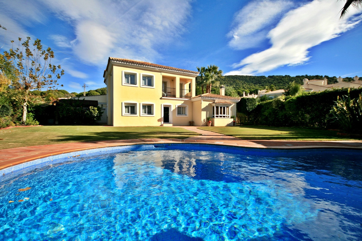 Impressive 5 bedroom Villa with private pool on Alhaurin Golf. This beautiful villa offers a large f, Spain