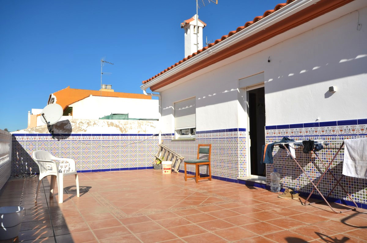 This is a property in Las Lagunas with a commercial business on the street level, two single storey ,Spain