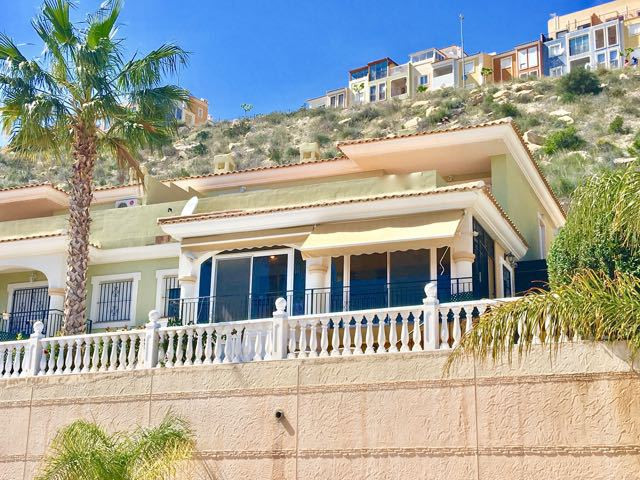 Excellent corner villa with 3 bedrooms and great views to the golf course of Bonalba, Alicante.  Hou, Spain