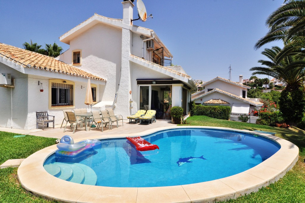Beautiful 3 bedroom villa for sale in the heart of the popular urbanisation of Calahonda.   This ide, Spain