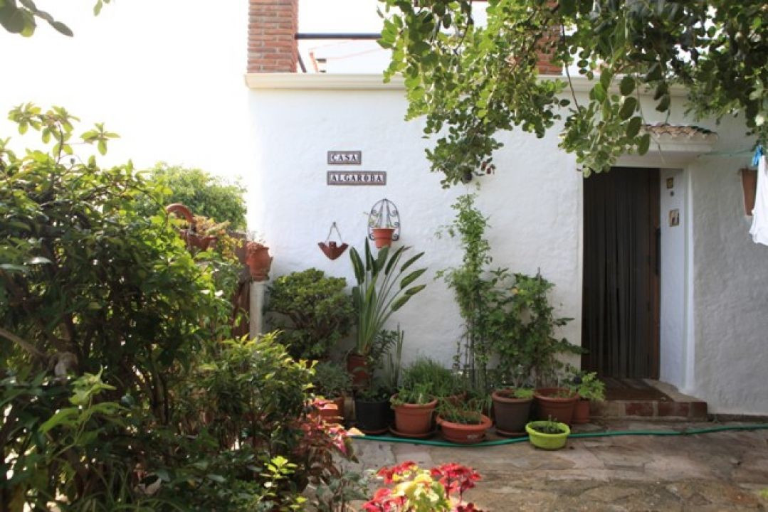 Situated 1.5km from the centre of Los Romanes, this lovely country home oozes Spanish charm with its, Spain