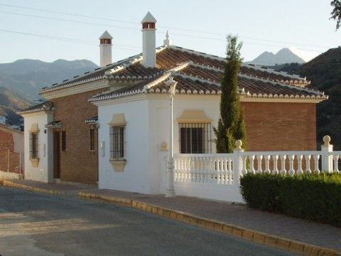Nice terraced house, marvellous mountain views, f/f kitchen, a/c, fully furnished, own garage, large, Spain