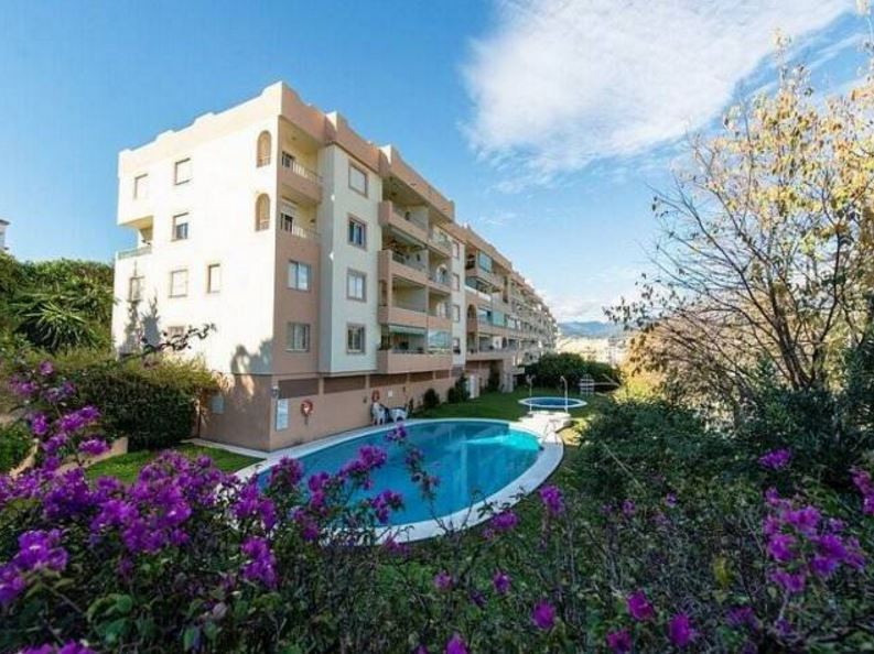 The apartment is set within a development within an easy walking distance to Puerto Banus ,the beach,Spain