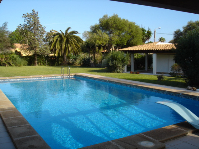 On a plot of 2.390m2 about this fantastic villa of about 390m2 with pool and two guest apartments st, Spain