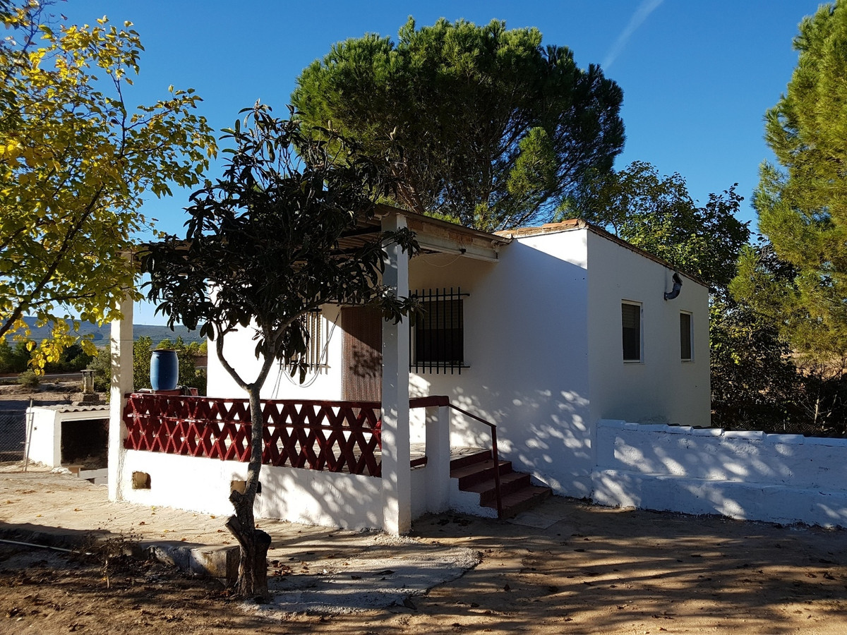 Country house of 133m2 to reform on a 10.000m2 plot. The garden around the house is completely fence, Spain