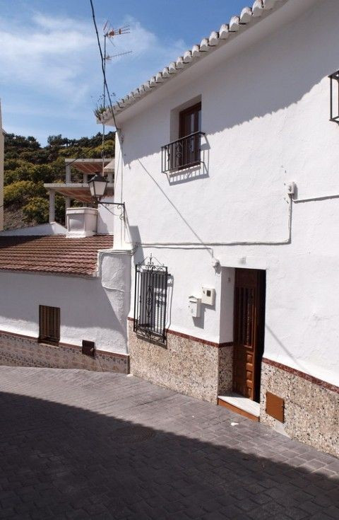 Lovely and spacefuly townhouse with nice mountain views, in a very quiet area, reformed, furnished, , Spain
