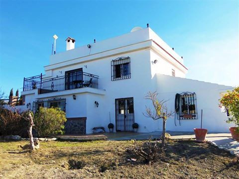 4 bedroom property 10 mins from Alhaurin El Grande in the area Borrajo. Large lounge and modern open, Spain