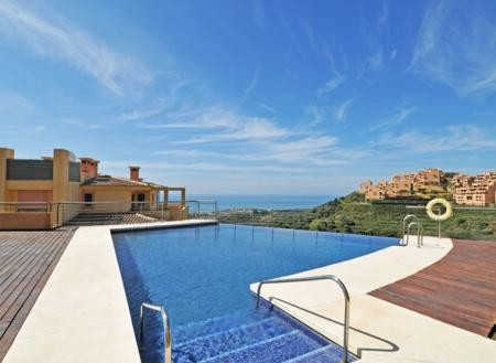 Campos del Mar is an exclusive complex situated in the upper area of Sitio de Calahonda, south facin, Spain