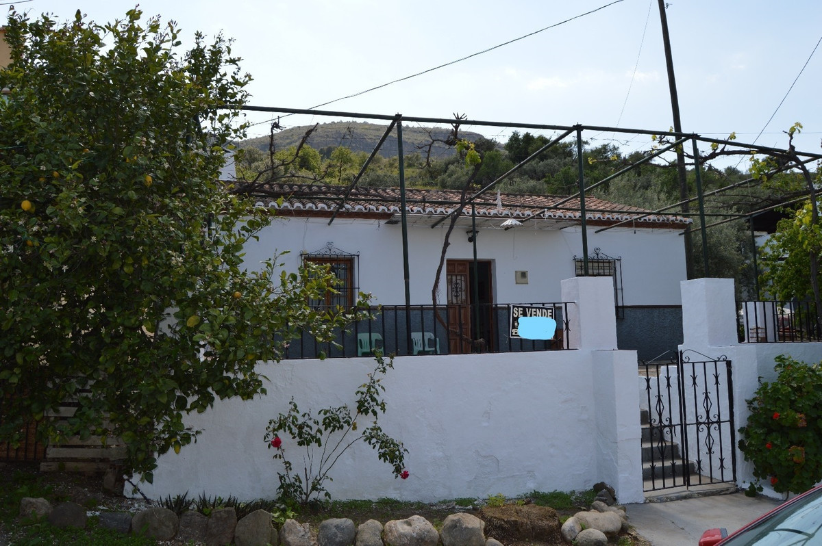 Nice house at 2 km from the village of Alora.  This lovely property is located within 2 km of Alora , Spain