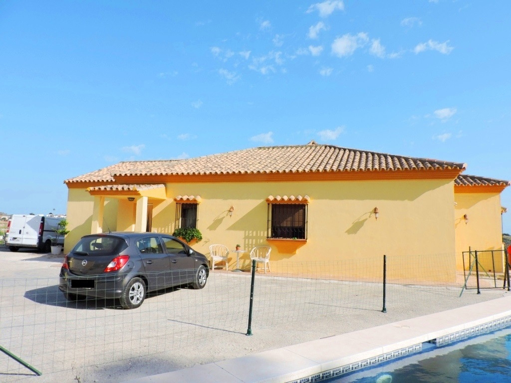 Detached Villa, Estepona, Costa del Sol. 3 Bedrooms, 3 Bathrooms, Built 250 m², Terrace 30 m², Garde,Spain