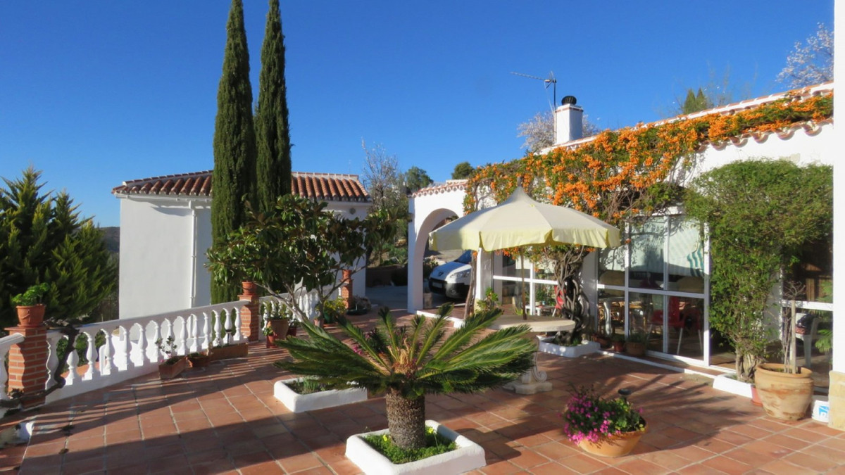 Villa near Sayalonga with excellent access road  This very private finca has got everything you need, Spain