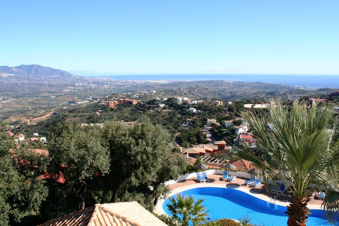This precious apartment in La Mairena close to all local amenities has been recently fully refurbish, Spain