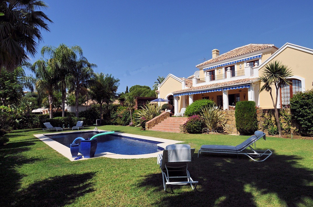 Spectacular detached villa located in El Paraiso on a quiet road, situated on a plot of 1573 m2 with, Spain