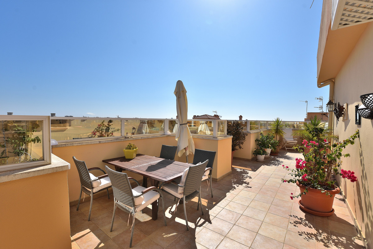 This stunning penthouse is located in the local nice area of ??Las Lagunas near Fuengirola and offer,Spain