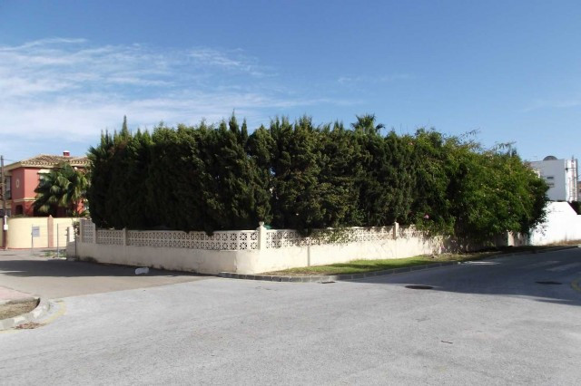 PARCELA  Excellent location for a 500m2 plot with full license and project in place for a 400m2 vill, Spain