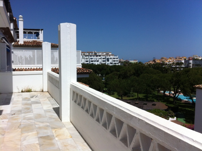 Ample and bright apartment on a high floor offering large terrace with lovely views. The apartment o,Spain