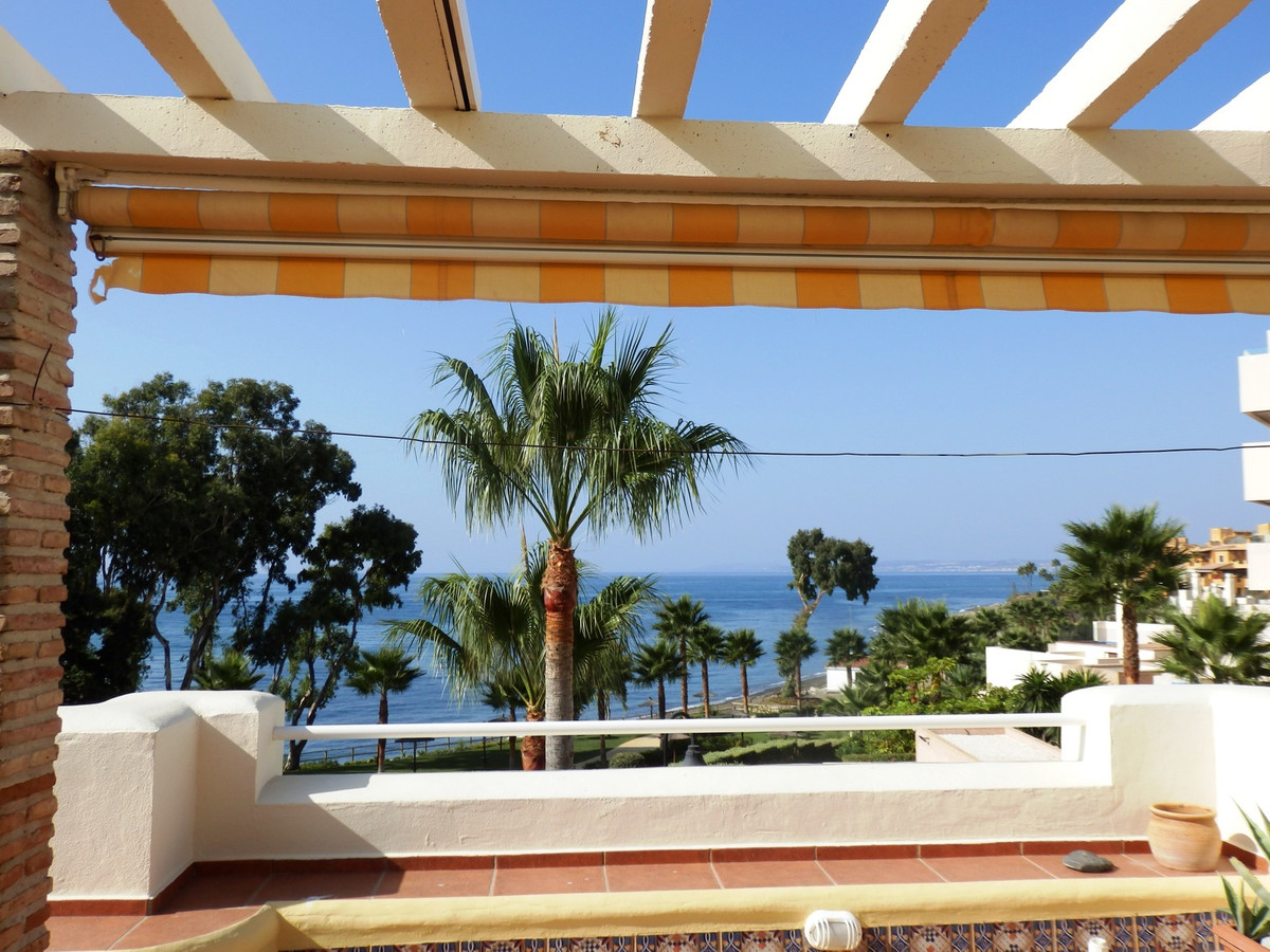 Fantastic Front Line beach Townhouse,with amaizing views over the sea , locaited  New Golden Mile, C,Spain