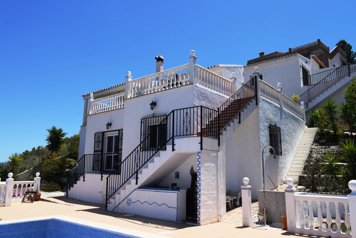 This fantastic large villa is situated not far from Los Romanes village and only a 20 minute drive t Spain