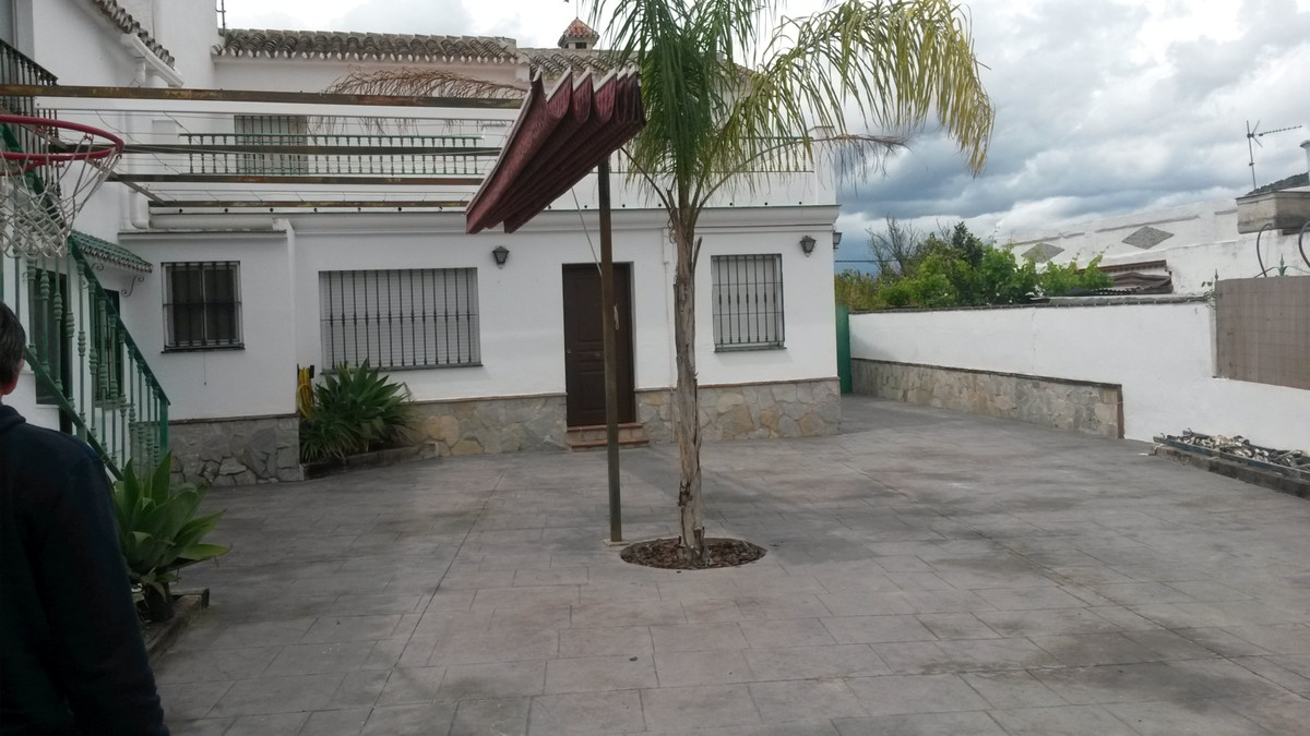 A really beautiful property in a lovely setting. Located walking distance to restaurants and a short, Spain