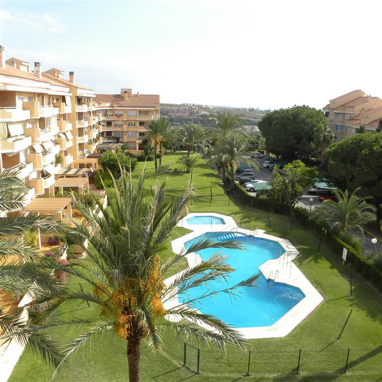 This 3 bed 2 bath apartment in the popular area of Sun Park in Selwo is just on the market. Near to ,Spain