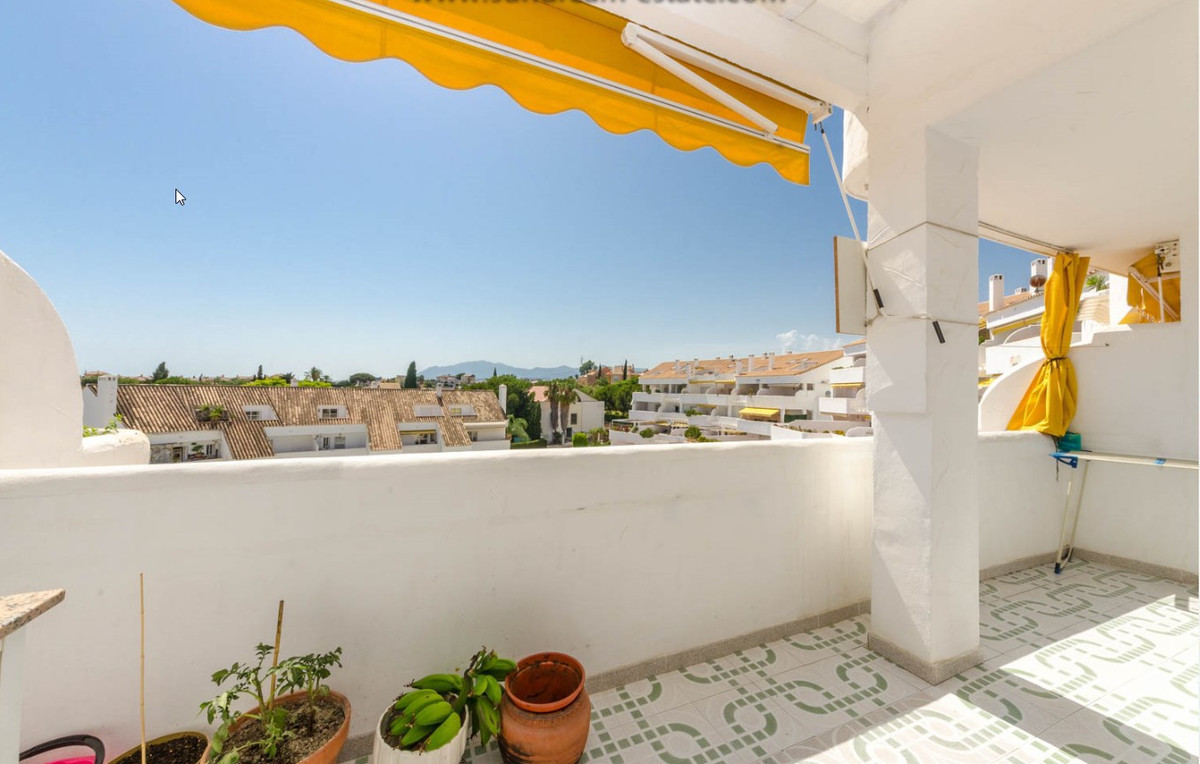 Complex completely gated, six entrance doors, gardens, communal pool.  Property of 122 m2 completely, Spain