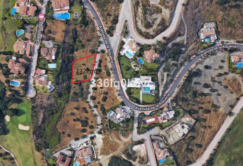 Nicely situated plot in La Alqueria Benahavis. View of the golf and nature, sea view. Near the shops, Spain