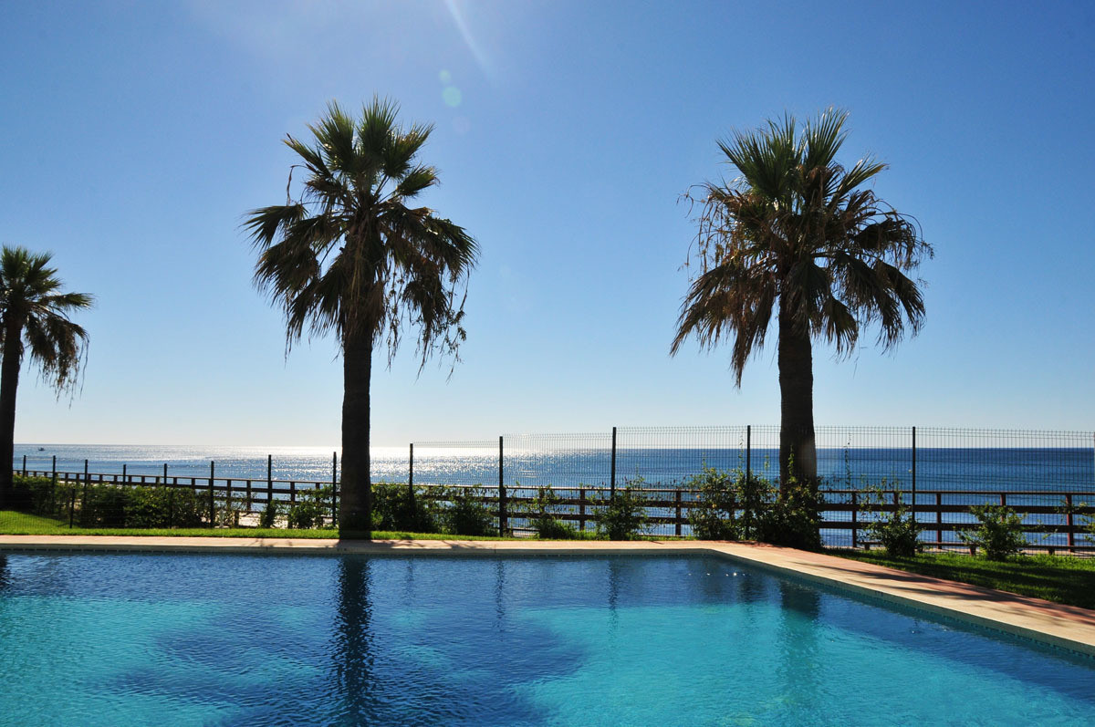 First line charming 3 beds, 2 baths beachfront apartment with direct access to the boardwalk, close ,Spain